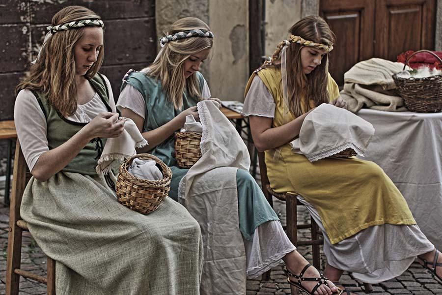 Ricamatrici al mercato di Santegidio